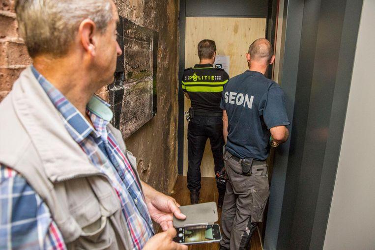 Een van de luxe woningen waar Albanezen zich schuil hielden, met drugs, wordt dichtgetimmerd op last van de burgemeester Beeld Amaury Miller