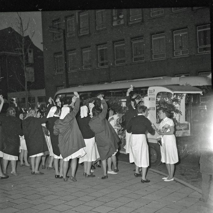 Een optocht van verpleegsters op de Vestdijk. Ze hebben hun diploma gehaald en zijn onderweg naar het Eindhovense Binnenziekenhuis