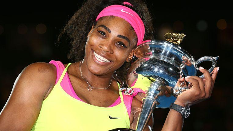 Een stralende Serena Williams is dolgelukkig met haar zesde eindzege op de Australian Open. Beeld GETTY