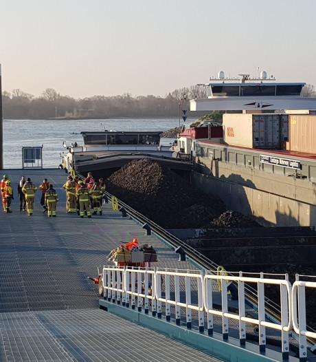 Lek op schip op de Waal bij Doornenburg