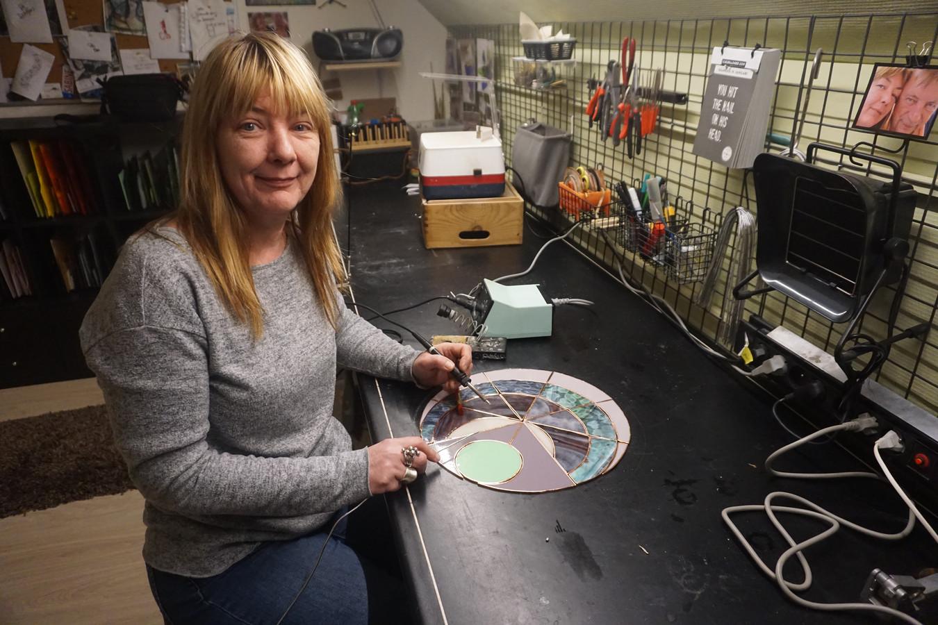 Kunstenares Sabine Van Eynde in haar atelier in Moere.