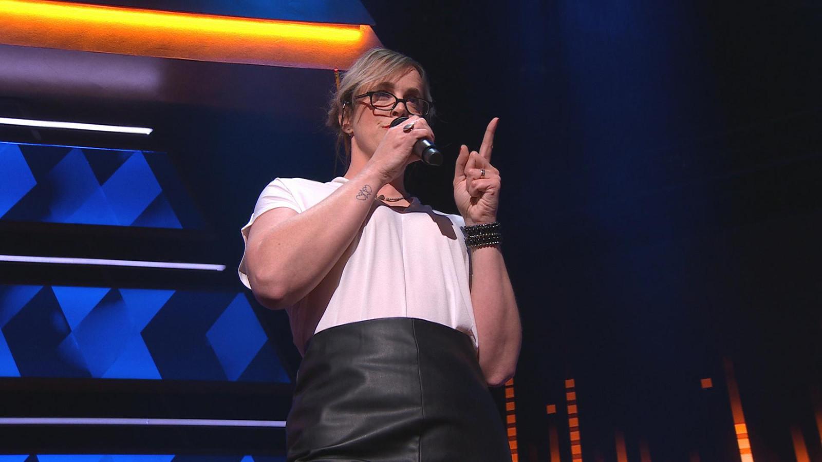 Schooljuf Ilona Dekker verrast vriend en vijand met zangkwaliteiten in I Can See Your Voice.