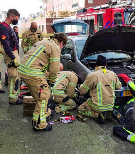 Brandweer en ANWB demonteren auto om poes uit de motor te redden