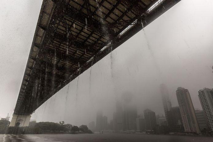 De regen druipt van de bekende Story Bridge in Brisbane.