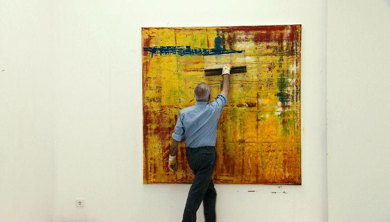 Gerhard Richter aan het schilderen. Beeld