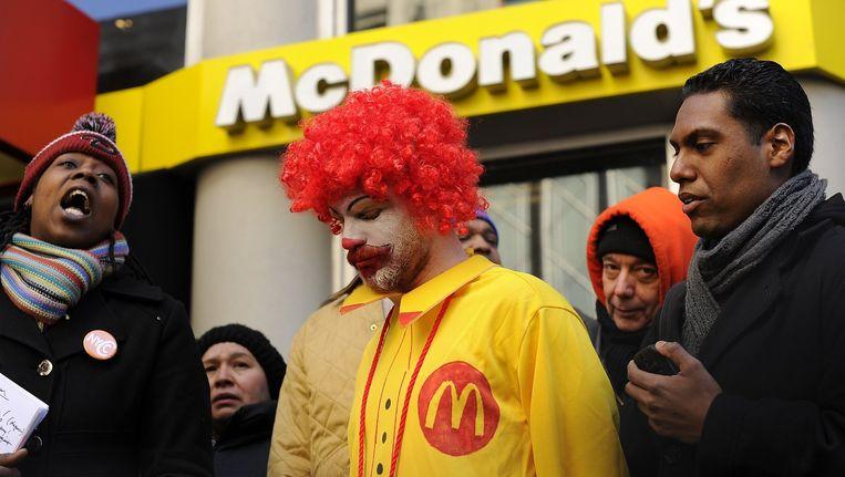 Demonstranten protesteren in maart 2014 voor een McDonalds in New York, nadat het bedrijf is aangeklaagd voor het stelen van werknemers. Beeld afp