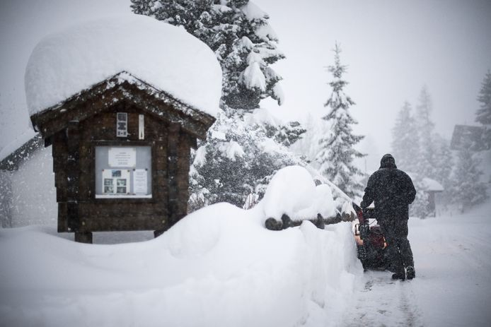 Een man in de weer met een sneeuwruimer in Valens. Beeld van 14 januari.