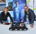 HZ-student Joshua de Jong en docent Leo Blok met een prototype voor een kruiprobot die windmolenbladen kan repareren.