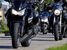 Motorrijders die 'wheelie' doen in de stad verliezen rijbewijs