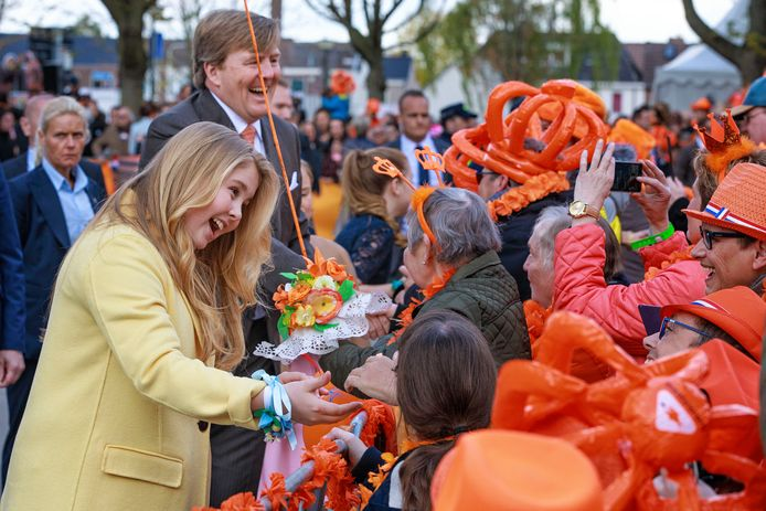 Het Tilburgse publiek stond rijen dik langs de route in de hoop een handje te krijgen.