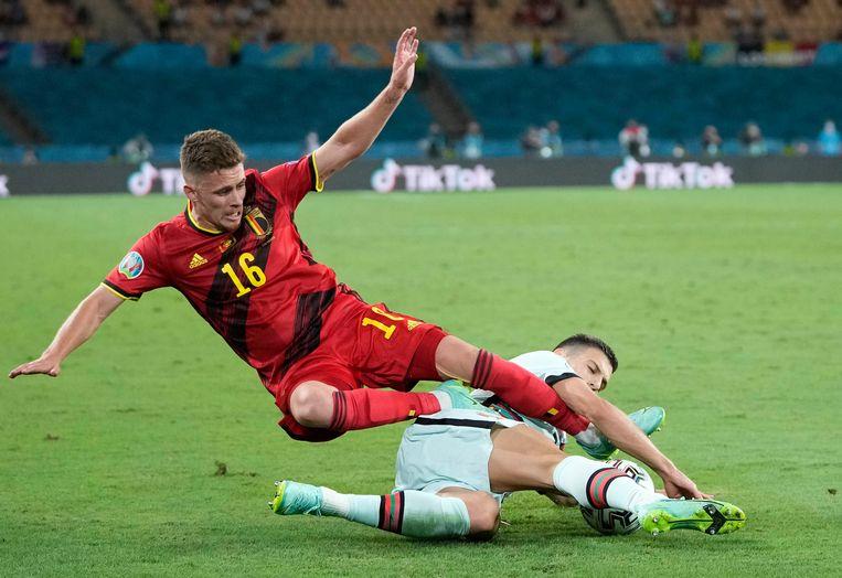 Doelpuntenmaker Thorgan Hazard in duel met Diogo Dalot tijdens de 1-0-overwinning tegen Portugal. Tegen Italië wacht een ander soort wedstrijd, verwacht Hans Vandeweghe. Beeld AP