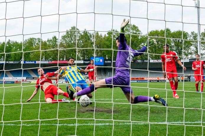 De bevrijdende 2-1 van Sylla Sow, waardoor RKC Waalwijk verzekerd lijkt van nog een jaar eredivisie.