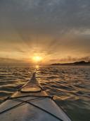 Wessel Dingemanse ving vanuit zijn kano de zonsondergang voor de kust van Zoutelande.