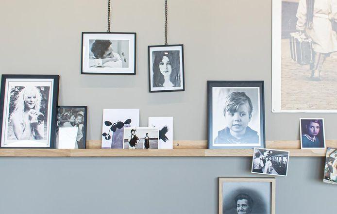 Probeer eenheid te creëren door lijstjes te clusteren, in niet te veel verschillende kleuren en bijvoorbeeld door foto's in zwart-wit af te drukken, aldus Corrien Flohil van vtwonen.