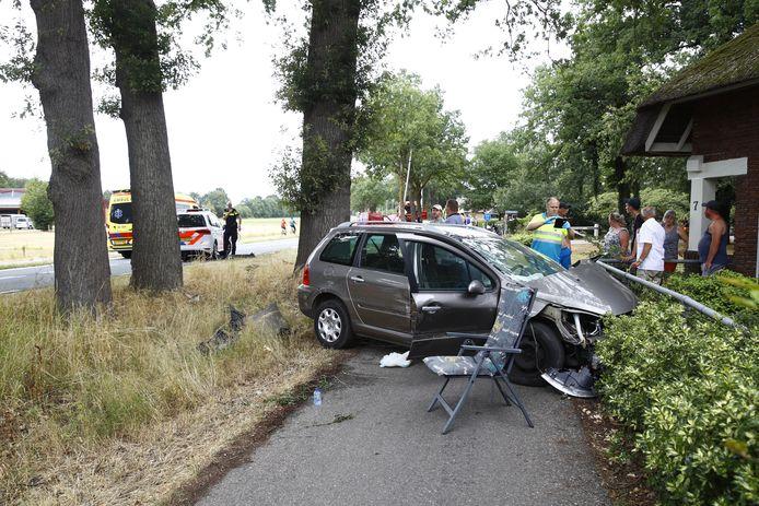 Één van de drie betrokken auto's kwam tot stilstand in een heg langs de Eperweg.
