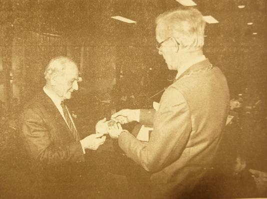 Burgemeester André Harinck (rechts) te gast bij de destijds honderdjarige ijsclub in Dodewaard. FOTOBRON archief