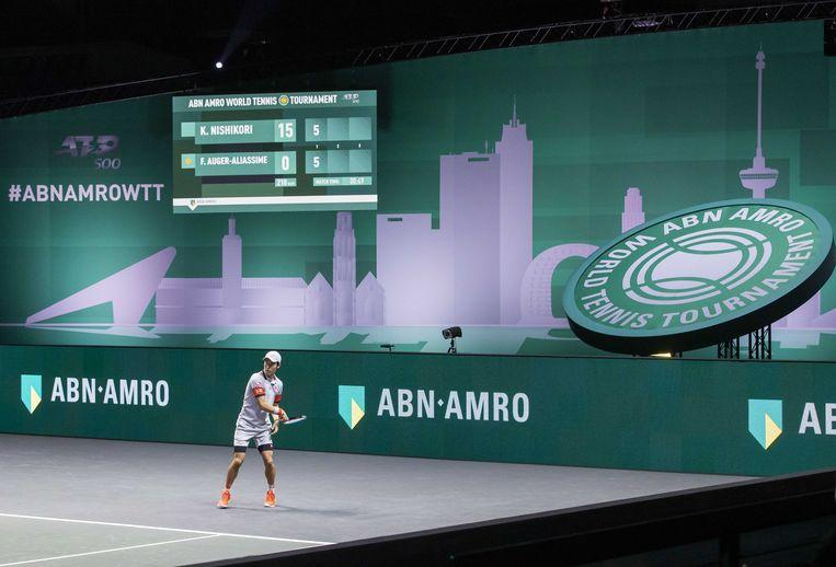 De Japanner Kei Nishikori in actie tegen de Canadees Felix Auger-Aliassime, in de eerste ronde van het ABN AMRO World Tennis Tournament. Het ATP tornooi in Ahoy vindt vanwege de coronapandemie zonder publiek plaats. Beeld ANP