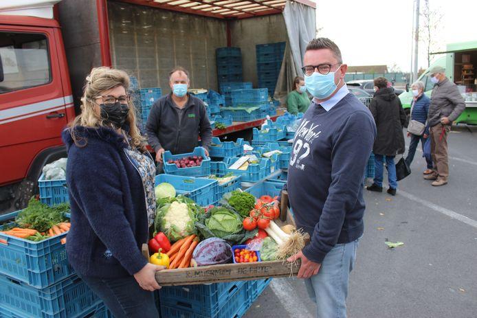Lesley De Neve en Steven Devliegere van de Boerenmarkt in Aalter, met achter hen boer Ivan uit Meulebeke.