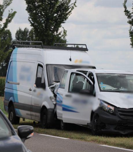 Twee gewonden bij ongeluk tussen drie voertuigen in Hank