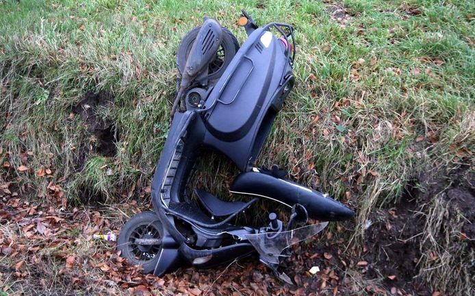 Ongeval snorscooter en auto in Helvoirt.
