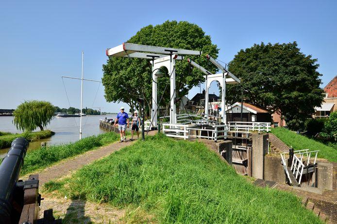 De sluis bij de haven in Schoonhoven is uit voorzorg gesloten door het hoogheemraadschap.