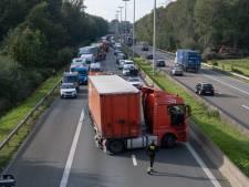 E313 richting Lummen bij Ranst volledig versperd door vrachtwagen die dwars over de rijbaan staat