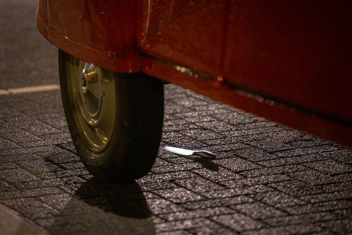 Onder de auto ligt een mes.