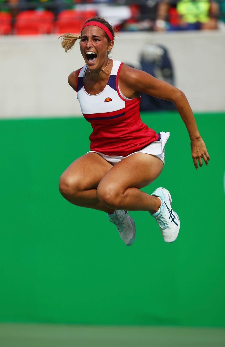 Monica Puig springt een gat in de lucht.
