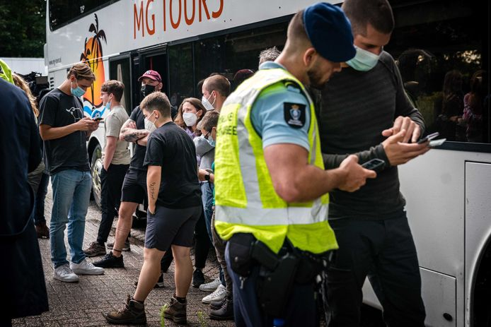 De Koninklijke Marechaussee controleert een bus met Belgische jongeren langs de A67 aan de grens met Belgie.
