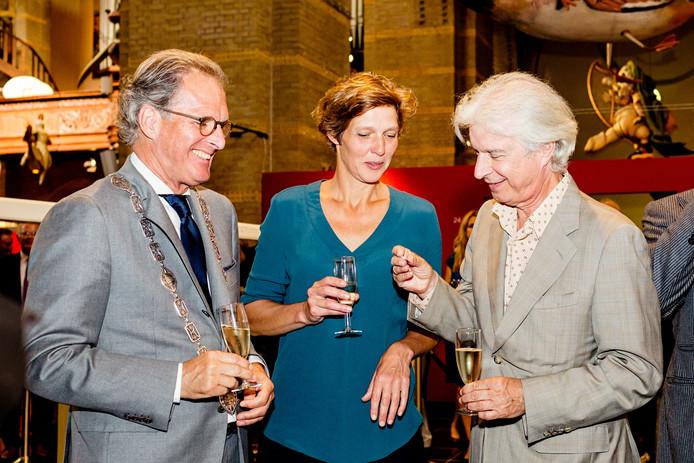 Burgemeester Ton Rombouts (links) en Boudewijn de Groot (rechts) bekijken het eerste Jheronimus Bosch Vijfje.