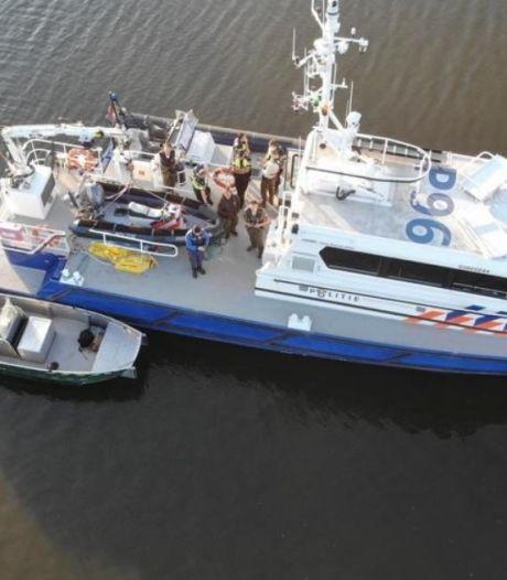 Dronken jongeren op bootjes in de Biesbosch agressief naar handhavers, politie deelt 45 boetes uit
