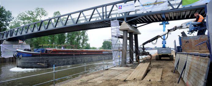 Zes jaar geleden kreeg de Gazellebrug letterlijk nog een upgrade, de brug moest verhoogd worden vanwege de opwaardering van het kanaal voor grotere schepen. Nu wil de gemeente de brug verplaatsen om het snelfietspad te kunnen realiseren.
