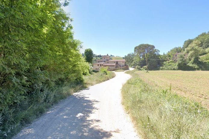 De vrouw fietste met vijf vrienden op de grindweg Molino di Foci. Tijdens een afdaling ging het fout.
