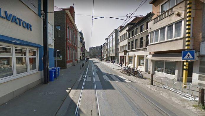 De snelheidsduivel liep in de Sint-Salvatorstraat tegen de lamp