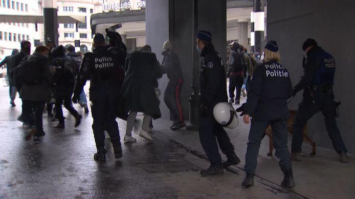 De politie treedt hardhandig op tijdens de betoging tegen klassenjustitie op 24 januari in Brussel.