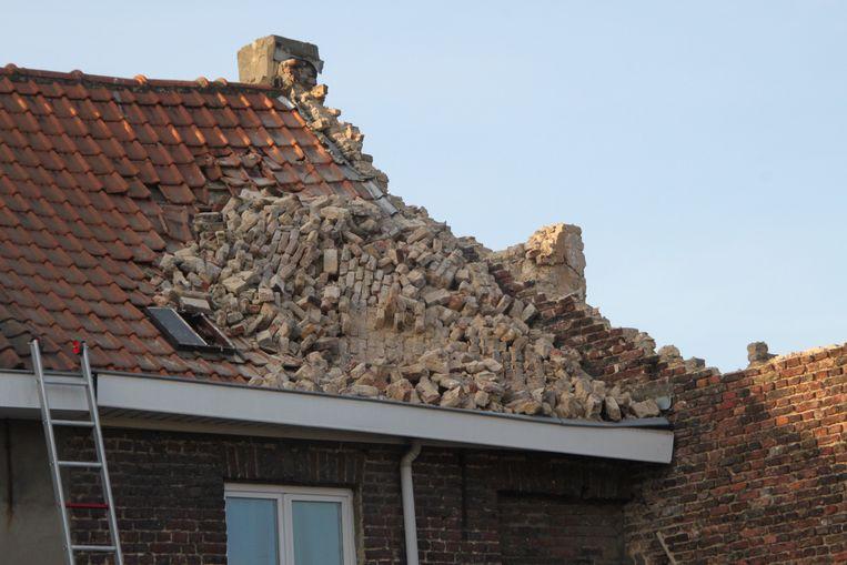 Een stuk van de zijgevel viel op het dak van de woning als gevolg van de stuttingswerken.
