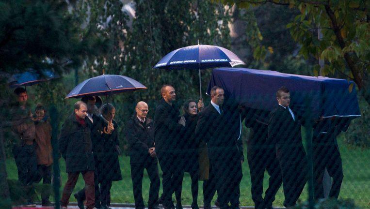 Het lichaam van één van de twee vermoorde Franse journalisten arriveert in Frankrijk. Beeld AP