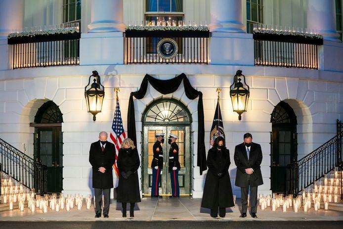 Na de toespraak verschenen de twee koppels voor het Witte Huis, waar het hymne 'Amazing Grace' gespeeld werd door een orkest van mariniers.