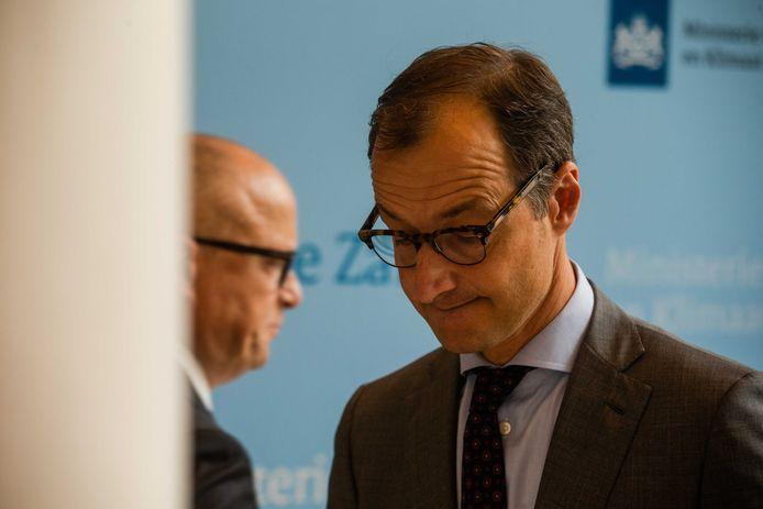 Minister Eric Wiebes van Economische Zaken met op de achtergrond Rolf de Jong, bestuursvoorzitter van ExxonMobil.