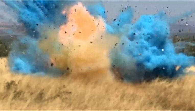 Het moment waarop een 'blauwe' ontploffing tijdens een gender reveal party in Arizona een immense brand veroorzaakte in 2017. Nu ging het weer te ver tijdens zo'n reveal, zij het met minder verstrekkende gevolgen. Beeld AFP