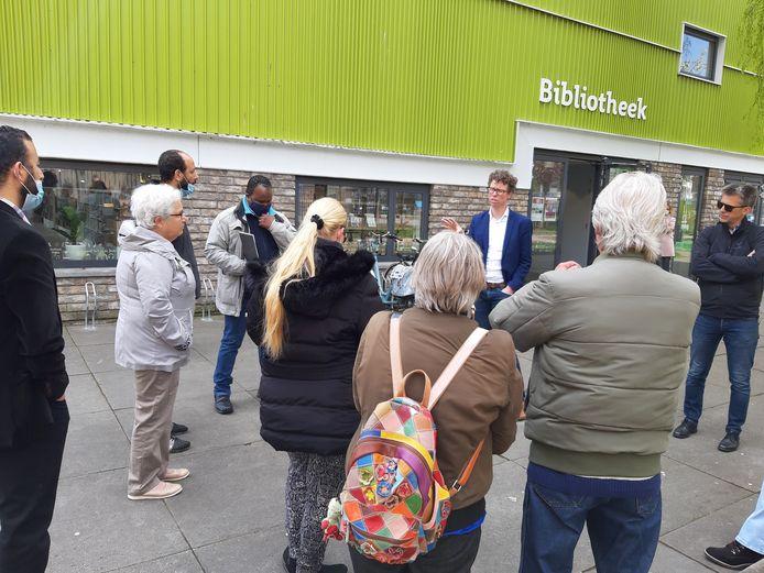 Boze bewoners van Den Haag Zuidwest confronteren wethouder Martijn Balster met hun woede over de sloop van hun huizen bij de presentatie van de renovatieplannen.
