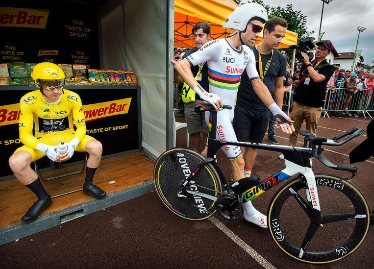 Tom Dumoulin voor aanvang van de laatste tijdrit. Naast hem in de gele trui Geraint Thomas. Beeld Klaas Jan van der Weij/de Volkskrant