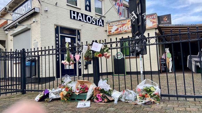 Bij Halosta in Aalst liggen bloemen. Uitbater André van Zanten is op Eerste Kerstdag aan de gevolgen van corona overleden.