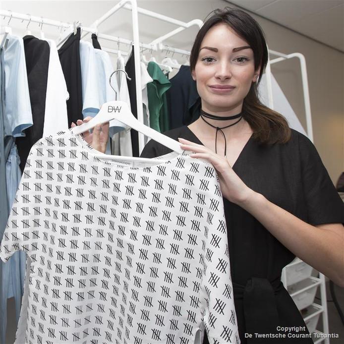 Danya Weevers showt haar milieuvriendelijke kleding tijdens de Fashion Week in Londen. De streepjes op het shirt staan voor het grote aantal slachtoffers in de confectie-industrie in derdewereldlanden.