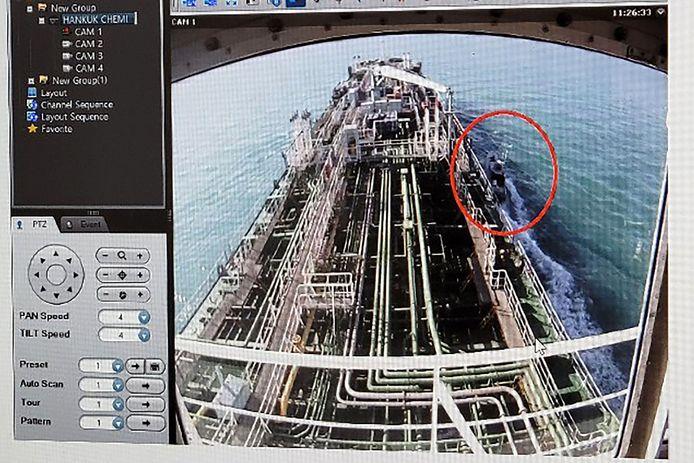 Op dit beeld is te zien hoe een boot van de Iraanse Revolutionaire Garde naast het schip komt varen.