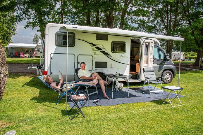 Bij camping De Looierheide van de familie Geurts zijn toch een aantal gasten. Gerda en Sjef Cordewner uit Zuid-Limburg genieten van de rust en de ruimte op de camping.