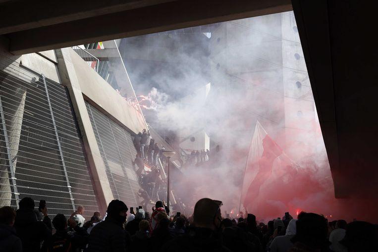 Supporters van Ajax vieren het behalen van de landstitel bij de Johan Cruijff Arena. Beeld ANP