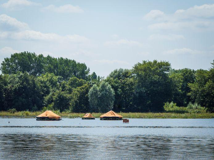 Het ondergelopen kunstwerk Camping Zondvloed bij Zwolle.
