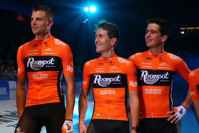 Brian van Goethem (rechts) tijdens ploegpresentatie van Team Roompot, met Sjoerd van Ginneken en Nick van der Lijke (midden).