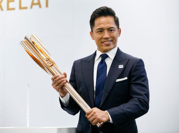 Tadahiro Nomuran drievoudig Olympisch kampioen Judo stelt de nieuwe fakkel voor.